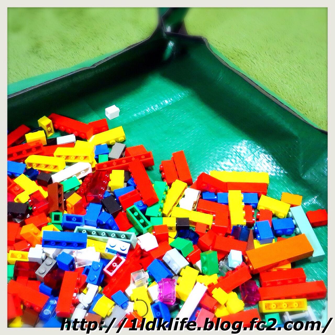 ダイソーの園芸シート、で、レゴ。