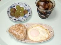 8/4 朝食 おにぎり、目玉焼き、巨峰、麦茶