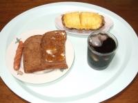 8/11 朝食 マーマレード&チーズトースト、ウィンナー、パイナップル、アイスコーヒー