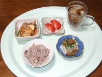 8/22 昼食 豚肉と厚揚げのオイスターソース炒め、トマト、肉みそ豆腐、雑穀ごはん、麦茶