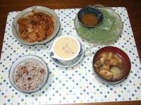 8/25 夕食 豚の酒かすキムチ煮、刺身こんにゃく、冷茶わん蒸し、ナスと油揚げの味噌汁、雑穀ごはん
