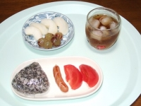 8/26 朝食 雑穀おにぎり、ウィンナー、トマト、梨&巨峰、麦茶