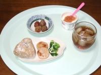 8/31 朝食 深川飯のおにぎり、ソーセージ、ブロッコリー、巨峰、麦茶