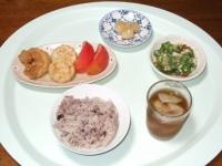 9/1 昼食 鶏の唐揚げ、レンコンもち、トマト、オクラとなめこの山芋和え、らっきょう、雑穀ごはん、麦茶