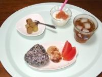 9/3 朝食 雑穀おにぎり、ソーセージ、トマト、イチジクジャムのヨーグルト、巨峰、麦茶