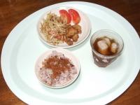 9/3 昼食 もやしとウィンナのマヨ炒め、軟骨天、トマト、かつおふりかけ、雑穀ごはん