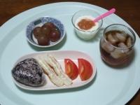 9/6 朝食 雑穀おにぎり、ちくわのマヨ焼き、トマト、イチジクジャムのヨーグルト、巨峰、麦茶