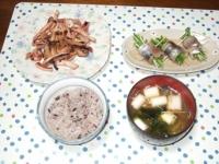 10/5 夕食 イカとエリンギのガリバタ醤油炒め、スモークさんまの水菜巻、長ネギとワカメの味噌汁、雑穀ごはん
