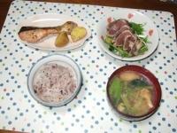 10/7 夕食 鮭のハーブ焼き、鰹のたたきサラダ、小松菜と油揚げの味噌汁、雑穀ごはん
