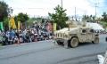 09集会参加者の前をわが物顔で通る装甲車。キャンプ内に消えた