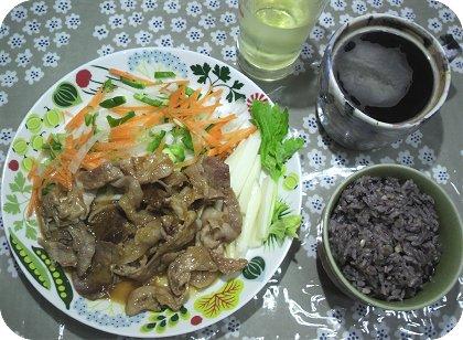 4-17新食器で豚のしょうが焼きとサラダ