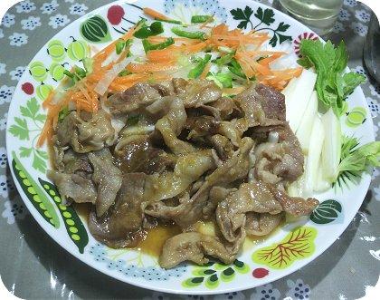 4-17新食器で豚のしょうが焼きとサラダ2