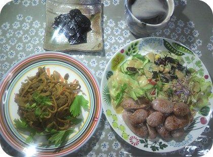 4-21朝の食べ残しカレー麺とレモン&パセリウインナーとサラダ