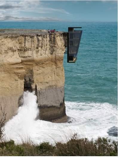 絶壁の側面に立つ家
