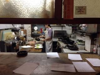 淡々と厨房で働く人