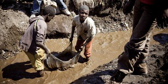 des-enfants-travaillent-dans-une-mine[1]