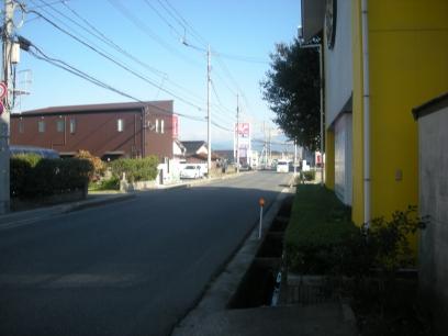 自衛隊道路(県道208号)東側 お隣:もめんもめんさん