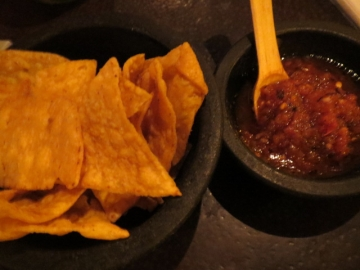 タコスチップスとサルサソース