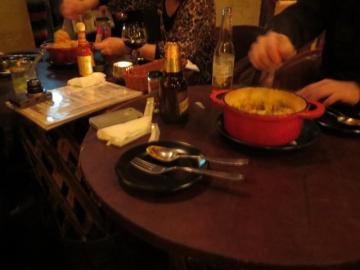 2テーブルの女性が混ぜ混ぜ