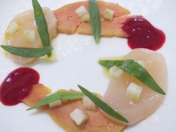 桜チップでスモークされたフォアグラや生の帆立など、複雑な味を愉しむ