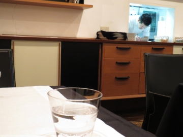 店内。チラリと見える厨房。チラリとシェフ