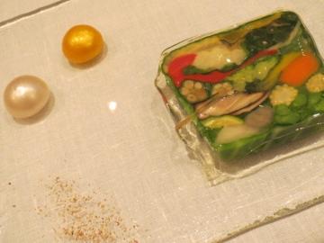 野菜のみのテリーヌ。二つの玉は2種のソース。割ると流れ出す