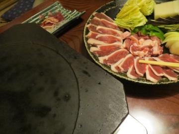 溶岩プレートがアツアツになったら、鴨肉を脂をひかずに焼きます