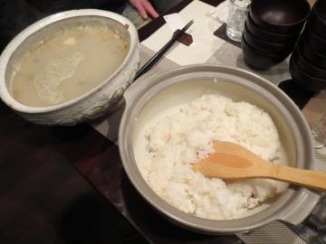 〆は、深川めし。主人自ら目の前で、アサリのすまし汁を米飯に掛ける