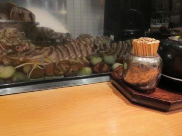 カウンターの前にネタケースと並んで水槽。車海老が美味しそう・・・