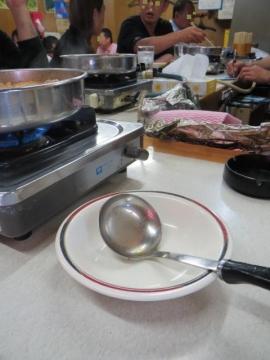 お玉は、鍋に入れっぱなさないよう、お皿が