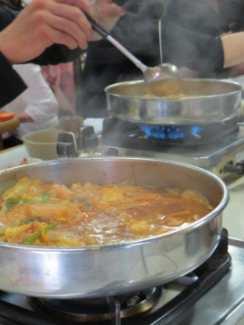 お隣の一人鍋、ご飯と生玉子で雑炊。私は、うどんにしよ♫