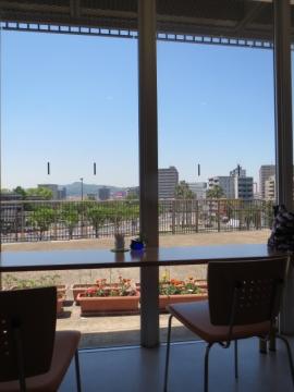カウンター席からは眺め良し。景色の右側ビルの間、少しだけ見える若戸大橋