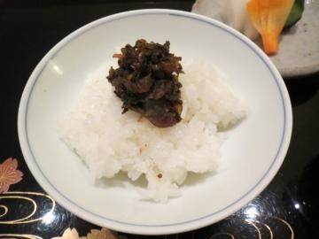 炊き立てご飯に蕗の佃煮、おかわりは自由に