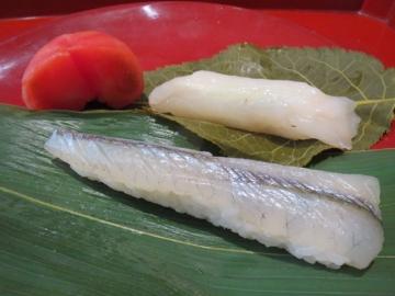 粽はサヨリの寿司、桜の葉は河豚の寿司