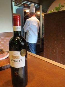 ワインを探してくれているオーナーの後ろ姿