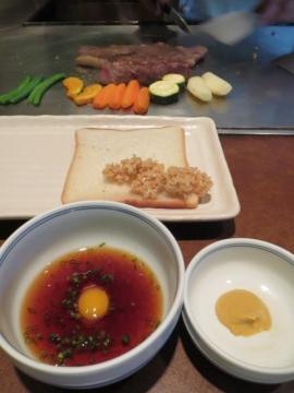 酸味のあるあっさりとした鶉の卵入りのタレと、練り辛子でステーキをいただきます