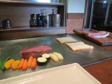 焼き始めは厚みのあるヒレと野菜から