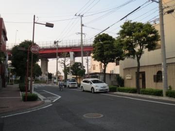 店前の通り、正面の赤い橋は若戸大橋