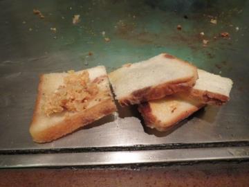 肉汁を吸ったパンも焼き直してカリッと