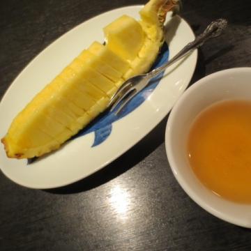 パイナップルのサービスとコーン茶