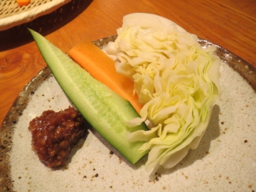 卓上の肉味噌と野菜が合う