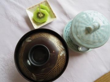 膳にのりきれなかった、味噌汁・茶わん蒸し・果物