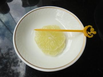 レモンティーのレモンは丁寧に皮が向かれて