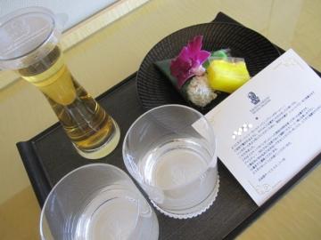 ・・客室にはアイスティーと現地のお菓子(ニョニャクエ)の準備が