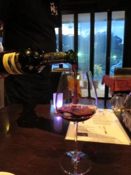 オーダーワインを店主から注いで貰う