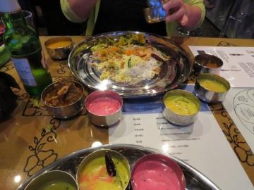 大皿から小皿を全部出して食べ始めます