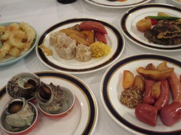 テーブルに集まるお皿たち、お刺身や茶碗蒸しもありました