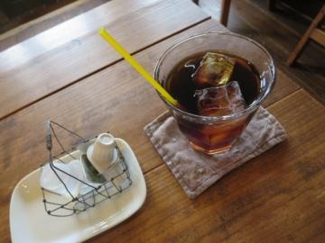 コーヒー。シロップ・ミルクのカゴが可愛い!