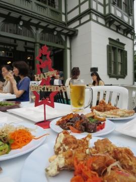 卓上に集まる料理(赤い星の飾りは持ち込みです)