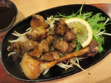 地鶏モモ焼き 756円(深く炭の香り)